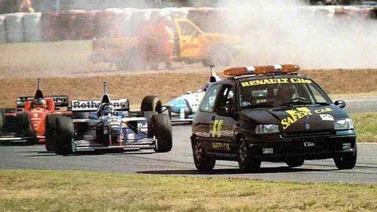 Na Argentina, em 1996, foi a vez de um Renault Clio entrar na pista após acidentes de Luca Badoer e Pedro Paulo Diniz