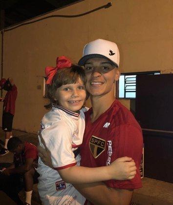 Na campanha do título da Copinha, Antony conheceu a pequena Larissa, torcedora que luta contra um câncer na cabeça e virou xodó no São Paulo. Ela acostumou-se a visitá-lo periodicamente no CT da Barra Funda.