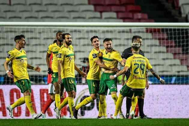 Na Conference League, o Paços de Ferreira já tem classificação assegurada, enquanto Vitória de Guimarães e Santa Clara, ambos com 43 pontos, brigam pela segunda vaga. Moreirense, Famalicão e Belenenses têm 40 pontos.