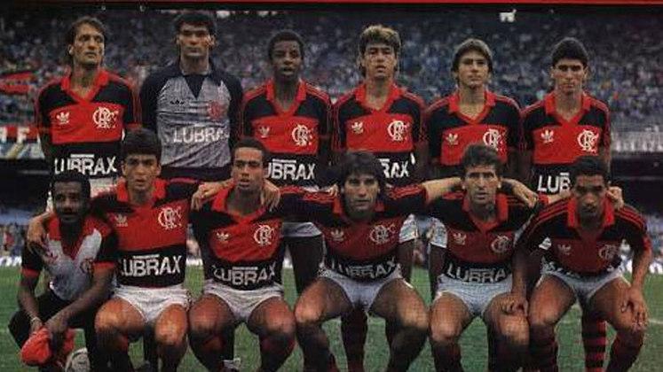 """Na década de 1980, surgiram rumores de que 13 clubes brasileiros, considerados como """"os grandes"""" do país, tinham a vontade de se tornarem independentes da CBF. Então, em 1987, após a Confederação anunciar que não tinha recursos para arcar com a organização do Campeonato Brasileiro daquele ano, Bahia, Botafogo, Flamengo, Fluminense, Vasco, Corinthians, Palmeiras, Santos, São Paulo, Atlético-MG, Cruzeiro, Grêmio e Internacional se juntaram e declararam a criação do Clube dos 13."""