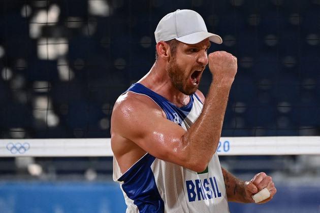Na disputa do vôlei de praia masculino, a dupla brasileira, formada por Alison e Álvaro Filho, derrotou os holandeses Robert Meeuwsen e Alexander Brouwer por 2 sets a 0 e garantiu vaga nas oitavas de final dos Jogos Olímpicos de Tóquio.