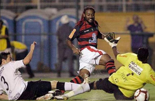 Na edição de 2010 da Libertadores, o Flamengo eliminou o Corinthians na fase de oitavas de final. O placar agregado foi de 2 a 2, mas pelo gol fora, o Rubro-Negro se classificou.