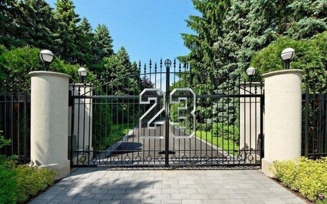 Na entrada, logo é possível ver que a casa pertence ao astro. No portão, o número 23 relembra a camisa histórica usada pelo jogador no Chicago Bulls.