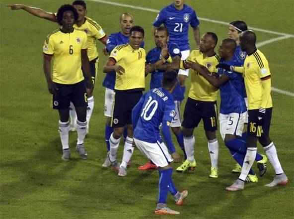 Na estreia da Copa América de 2015, Neymar foi o personagem principal da derrota da Seleção Brasileira frente a Colômbia por 1 a 0. No primeiro tempo, marcou um gol com a mão e foi punido com o cartão amarelo. Mas o pior aconteceu após o apito final, quando o craque chutou a bola em cima de Armero, o que ocasionou uma confusão generalizada onde o camisa 10 foi expulso e desfalcou o Brasil por dois jogos