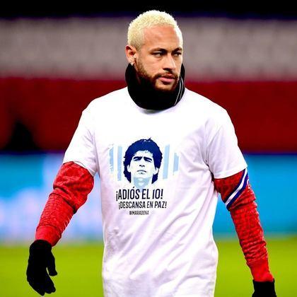 Na França, Neymar entrou em campo para o aquecimento do PSG na partida contra o Bordeaux vestindo uma camisa especial para homenagear Maradona.