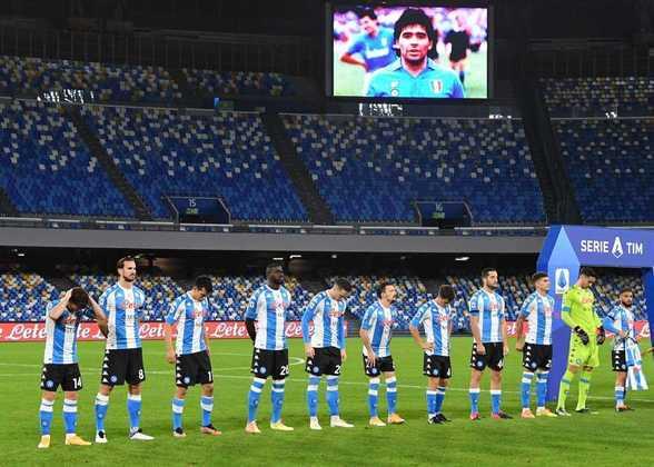 """Na Itália, o Napoli, clube pelo qual Maradona conquistou dois campeonatos italianos e foi considerado o """"Rei de Nápoles"""", entrou em campo vestindo uma camisa especial, que fazia alusão ao uniforme da Seleção Argentina. Os jogadores da equipe napolitana golearam a Roma, pelo placar de 4 a 0."""