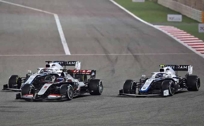 Na largada, Grosjean ganhou a posição de George Russell.