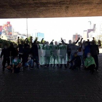 Na manifestação, estavam presentes, além de torcedores comuns do Palmeiras, representantes das torcidas Mancha Verde, Palmeiras Antifascista e Porcomunas (foto).