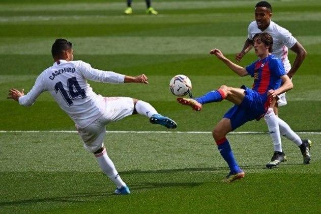 NA MÉDIA - Consistente na defesa, Casemiro foi responsável por roubar uma bola e dar a assistência para Asensio abrir o placar para os merengues no duelo contra o Eibar