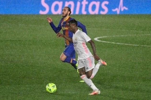 NA MÉDIA - Vinícius Júnior deu muito trabalho para a defesa do Barcelona na primeira etapa, mas não criou muitas oportunidades no segundo tempo