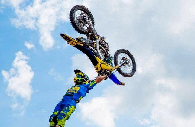 Na motocross, muitos pilotos se arriscam em busca do backflip perfeito. O americano Carey Hart, nos Gravity Games de 200, foi o primeiro a fazer.