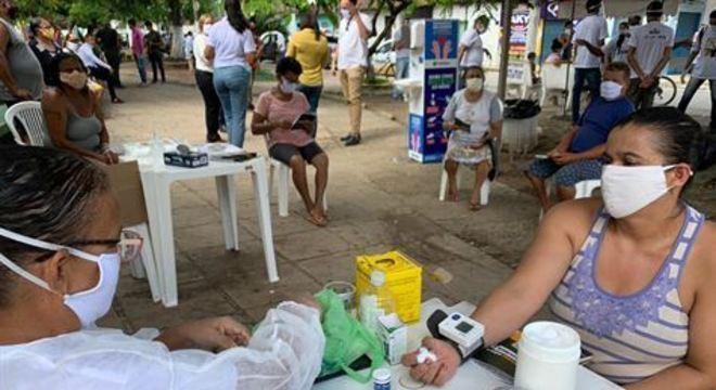 Na operação, 50 profissionais da prefeitura estão entregando cerca de 2 mil máscaras, álcool em gel para a população, e conscientizando sobre a importância de respeitar as medidas da quarentena