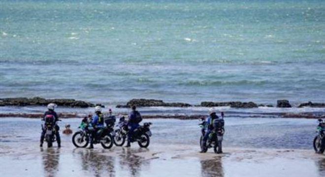 Na orla de Boa Viagem o movimento continua intenso; a polícia fiscaliza alguns pontos