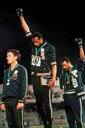 Na premiação dos 200 metros  rasos dos Jogos de 1968, os americanos Tommie Smith (ouro) e John Carlos (bronze) fizeram gesto dos Panteras Negras, de combate ao racismo. Um momento eterno