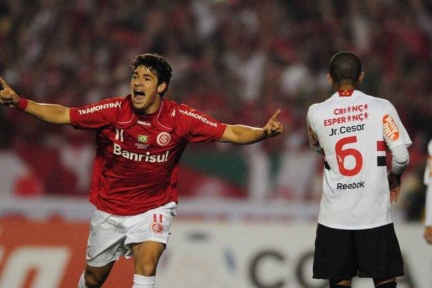 Na primeira partida, o Tricolor perdeu em casa, tomando dois gols de Rafael Sóbis e descontando com Edcarlos. Na segunda partida, o empate por 2 a 2 garantiu o título do Internacional. Fernandão e Tinga marcaram para o Colorado e Fabão e Lenílson fizeram os gols do São Paulo.
