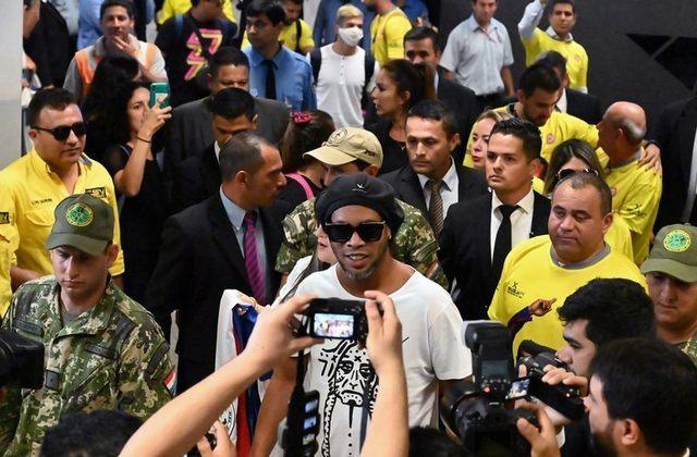 Na última segunda-feira (6), o craque Ronaldinho Gaúcho e seu irmão Assis completaram quatro meses presos no Paraguai. Após ficarem um mês detidos na penitenciária 'Associación Especializada de Assunção', ambos tiveram a prisão domiciliar concedida e seguem no país, desde então. Relembre nesta galeria momentos de Ronaldinho neste período.