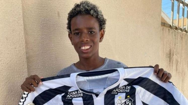 Na última quarta-feira (16), o garoto Luiz Eduardo, de 11 anos, foi vítima de injúria racial durante uma partida entre escolas de futebol em Caldas Novas, interior de Goiás. Após deixar o campo chorando, em vídeo feito pelo time, ele conta o ocorrido: