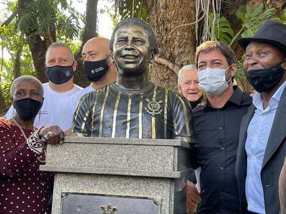Na última terça-feira, o Corinthians inaugurou mais um busto no Parque São Jorge, dessa vez a homenagem foi para o jogador que mais vestiu a camisa do clube: Wladimir. Antes dele, porém, outros nove ídolos ficaram eternizados pelo Timão. Confira, na galeria a seguir, cada um deles: