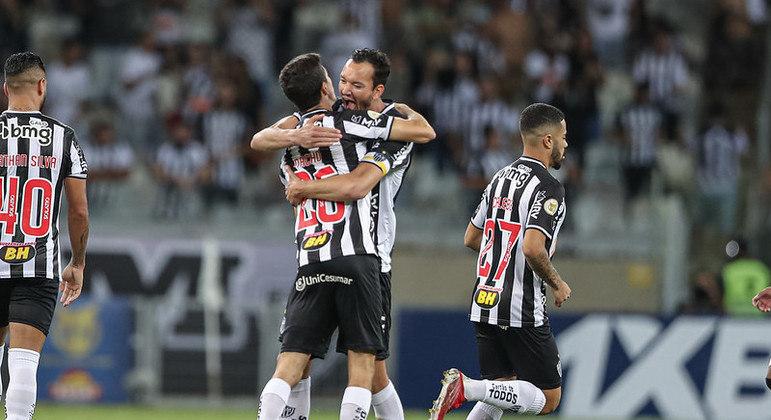Nacho Fernández comemora com Réver um dos gols da virada do Atlético-MG