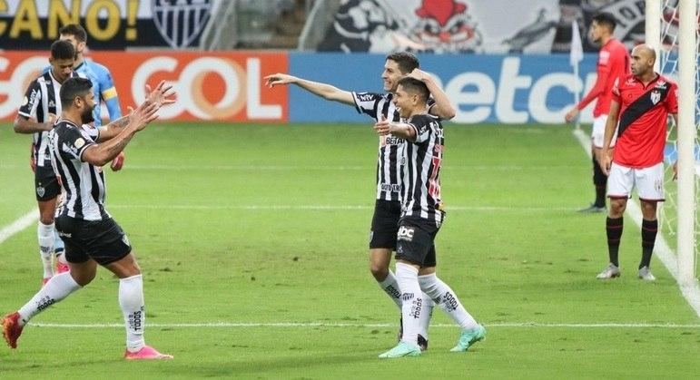 Nacho comemora com seus companheiros um dos gols do Atlético-MG