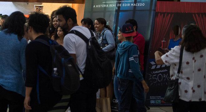 """O cinema ficou cheio na estreia de """"Nada a Perder"""" no shopping Market Place"""