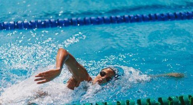 Nadadora pernambucana faturou medalha nos 50m costas na competição em Kazan. Agora, viaja para Doha, no Qatar, onde disputa a próxima etapa do torneio