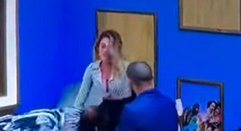 Nadja, descontrolada após a formação da roça, foi pressionada por Caíque e acabou se exaltando ainda mais, sendo expulsa da décima edição do reality após chutá-lo.