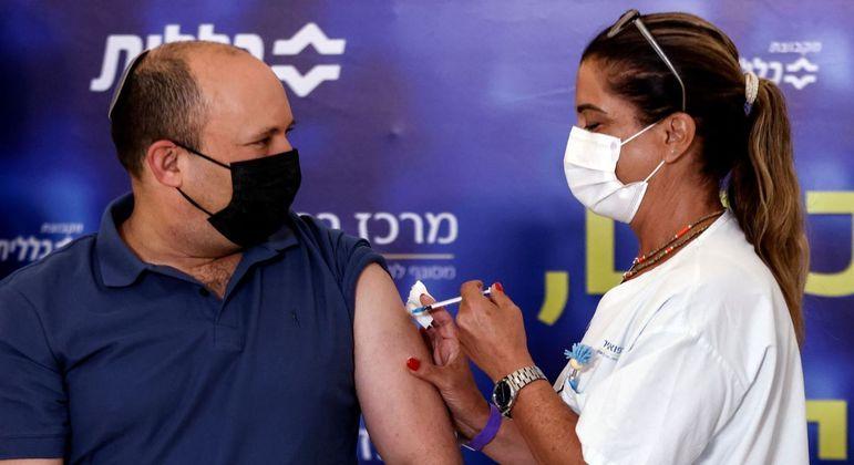 Premiê de Israel, Naftali Bennett, recebe 3ª dose de vacina da Pfizer