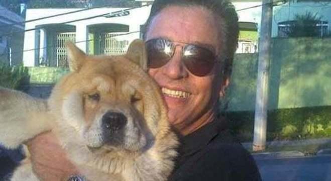 Nahim com um dos seus cinco cachorros da raça chow chow