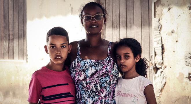 Naiara Amaral de Sena com os filhos João Pedro e Sofia, auxiliados pelo Projeto Nova Canaã