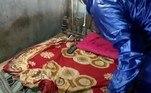 Segundo o site de notíciasIndia TV, a serpente peçonhenta aproveitou o cômodo vazio para se acomodar embaixo da coberta