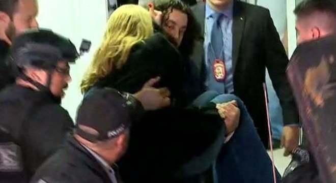 O advogado carregando a mulher que acusa Neymar. Cena bizarra