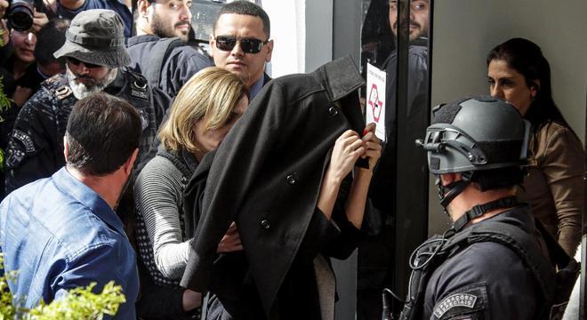 Najila esconde à toa o rosto na chegada à delegacia. Ela já é conhecida no mundo