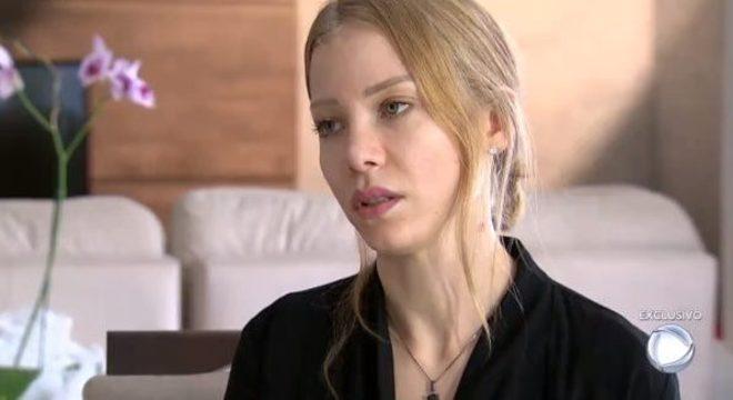 Najila pediu para fazer inúmeras pausas durante entrevista para Record TV