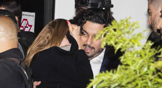 Najila Trindade precisou ser carregada pelo advogado Danilo Garcia