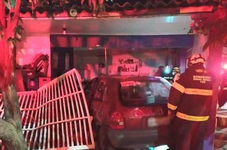 Carro foi parar dentro de um bar em Uberaba (MG)