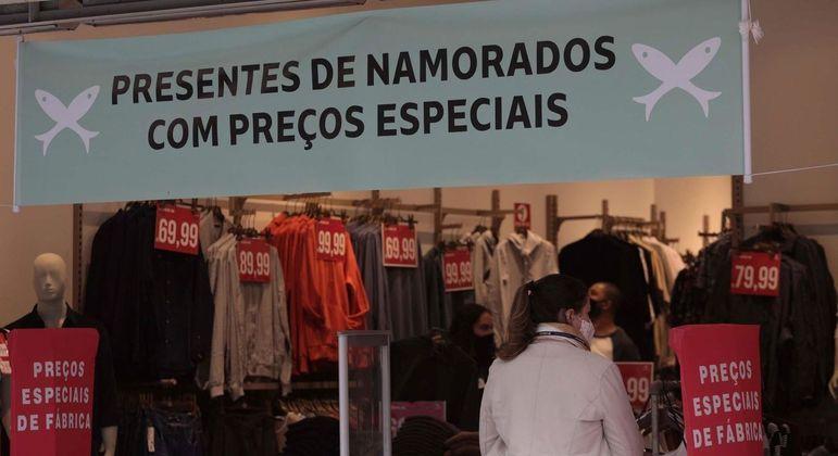 Movimentação em comércio no centro de São Paulo