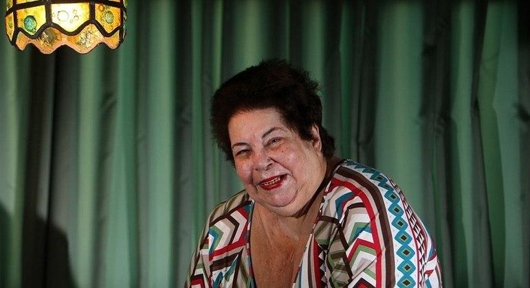 Cantora, como deve ser, está em casa, em seu apartamento no Leblon, no Rio de Janeiro
