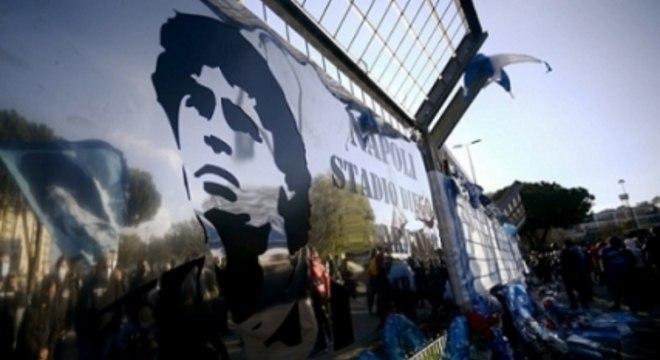 Maradona foi homenageado pelos torcedores do Napoli, onde foi ídolo