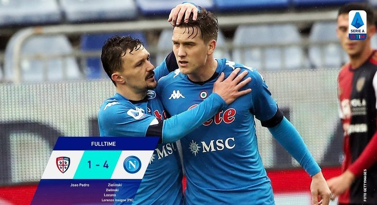 Zielinski, à direita, dois dos gols do Napoli em Cagliari