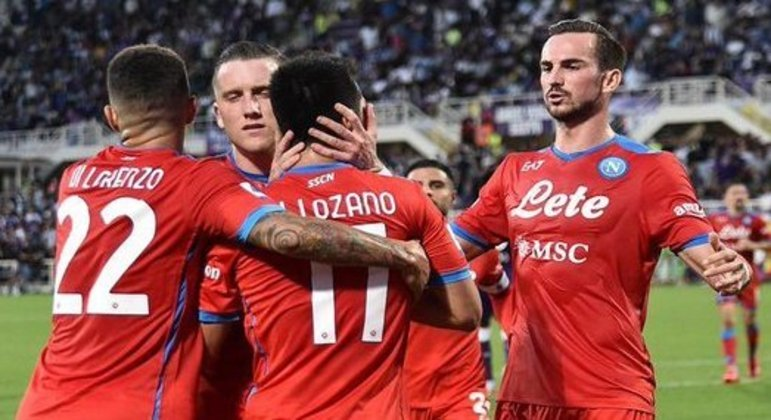 Os abraços a Lozano, pelo então gol do empate