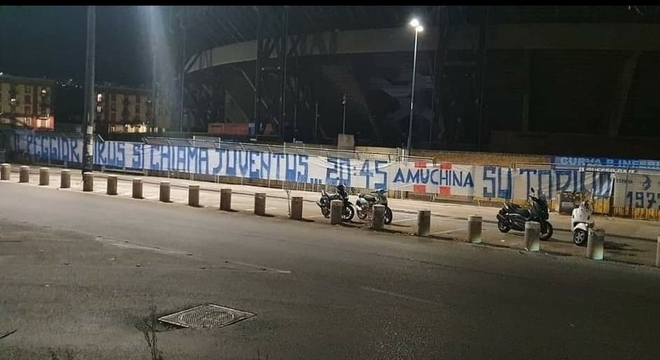 Os protestos à frente do Stadio San Paolo de Nápoles