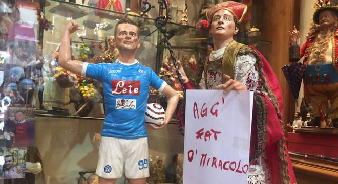 Vitrina de loja, em Nápoles, com Milik e San Gennaro