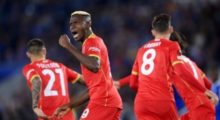 Napoli, de vermelho, um ótimo empate em Leicester