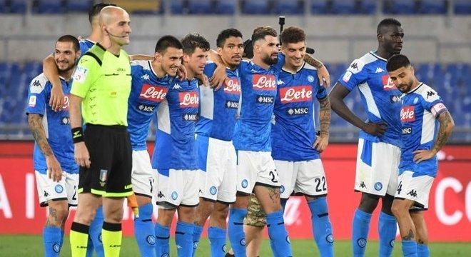 O elenco do Napoli, na expectativa dos penais