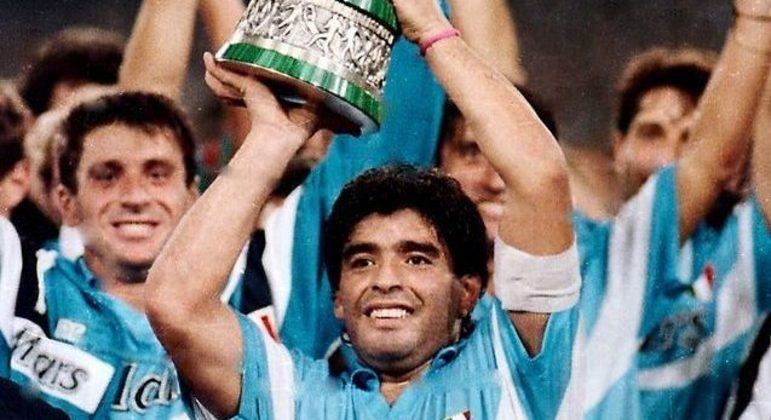Maradona e a taça da Supercopa de 1990
