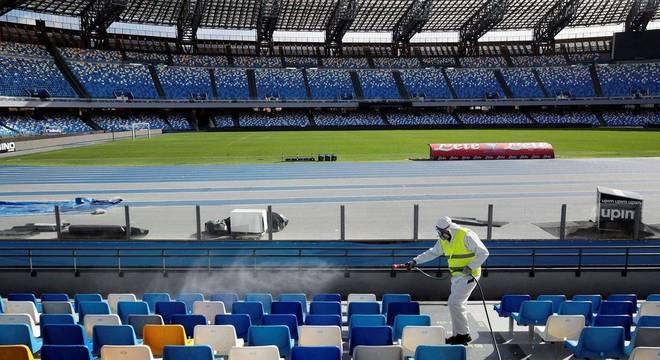 A desinfecção do San Paolo, que se transformou em Diego Armando Maradona