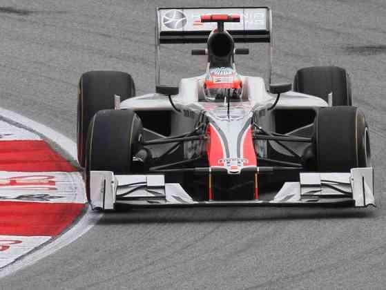 Narain Karthikeyan durou menos da metade de 2011 na HRT. Daniel Ricciardo entrou no lugar.