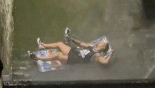 NY: homem fuma narguilé em beco inundadopela tempestade Ida