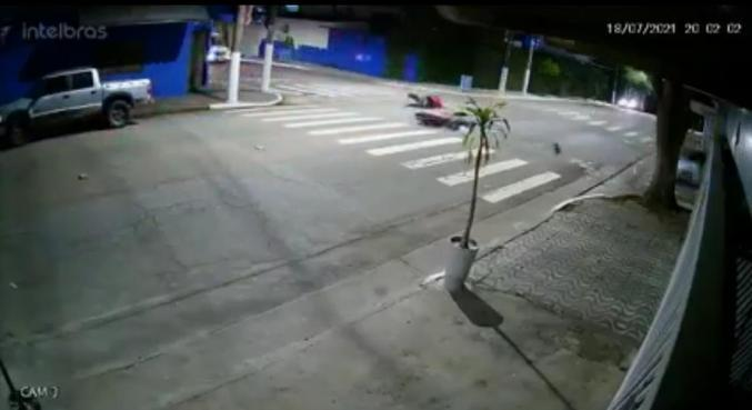 Nas imagens é possível ver que o motorista passava pela via em alta velocidade